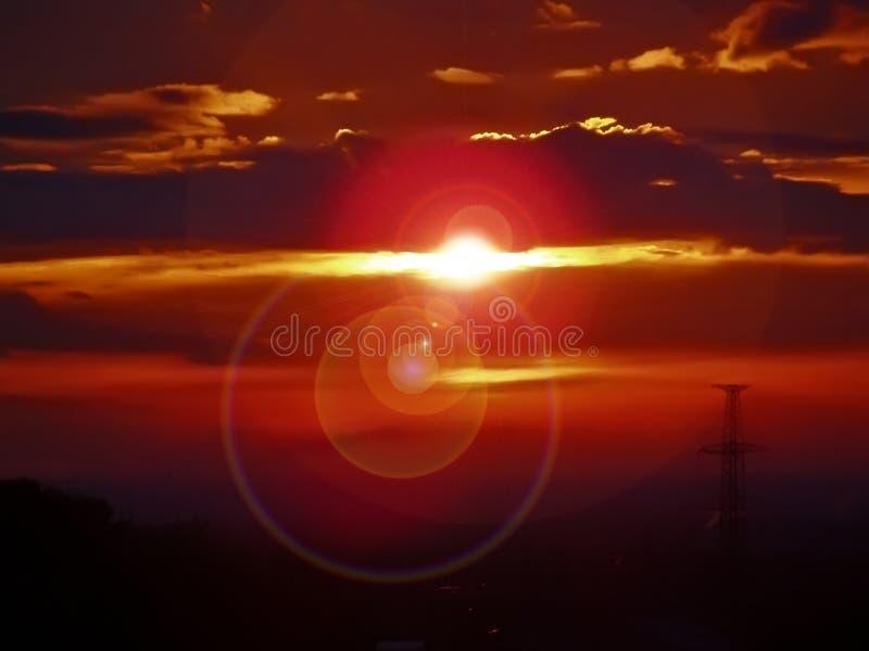 Verbazende zonsondergang oranje zon in de wolken stock fotografie