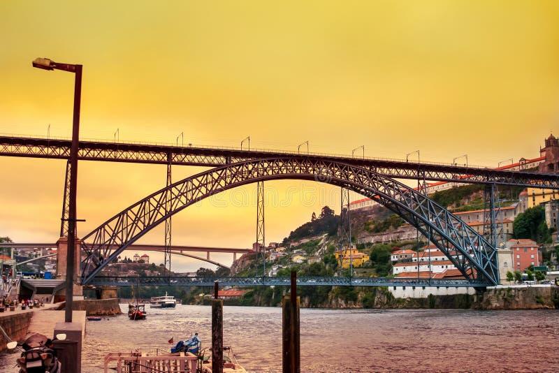 Verbazende zonsondergang over Dom Luis Bridge in Porto stock fotografie