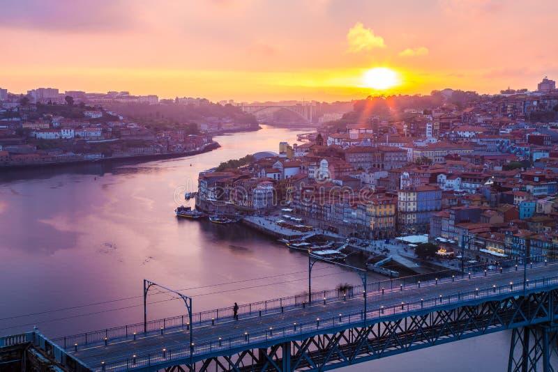 Verbazende zonsondergang in Porto Portugal stock foto