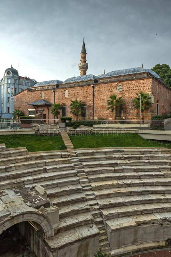 Verbazende zonsondergangmening van Dzhumaya-Moskee en Roman stadion in stad van Plovdiv, Bulgarije stock foto's