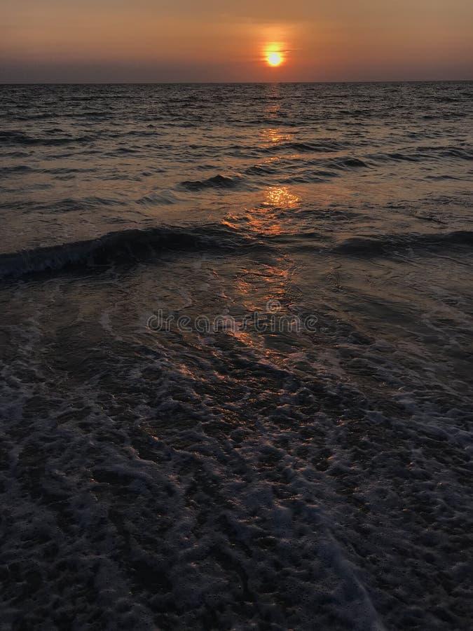 Verbazende zonsondergangscène bij Phuket-strand, Thailand royalty-vrije stock afbeelding