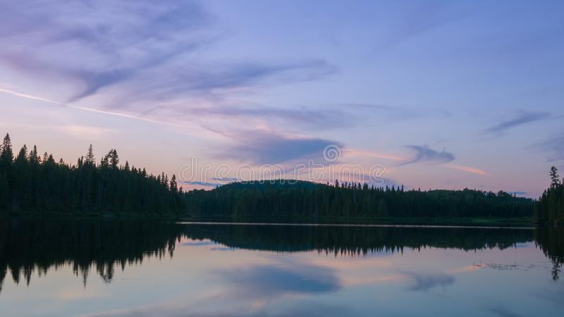Verbazende zonsondergangscène in de wildernis van Portneuf, Quebec, Canada royalty-vrije stock foto