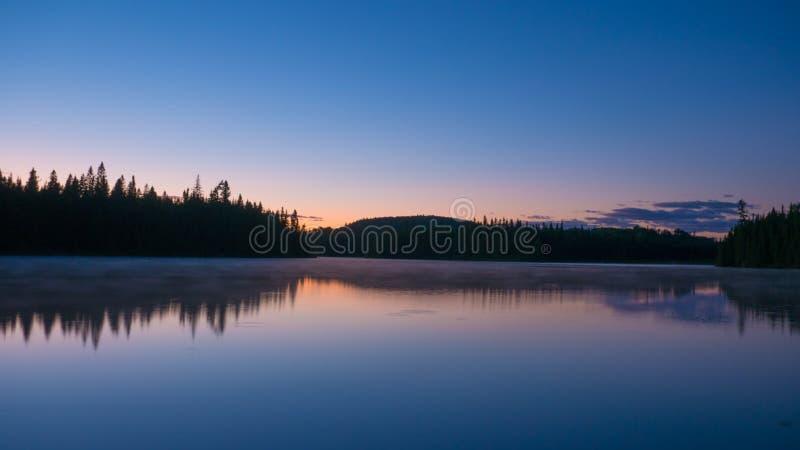 Verbazende zonsondergangscène in de wildernis van Portneuf, Quebec, Canada royalty-vrije stock afbeelding