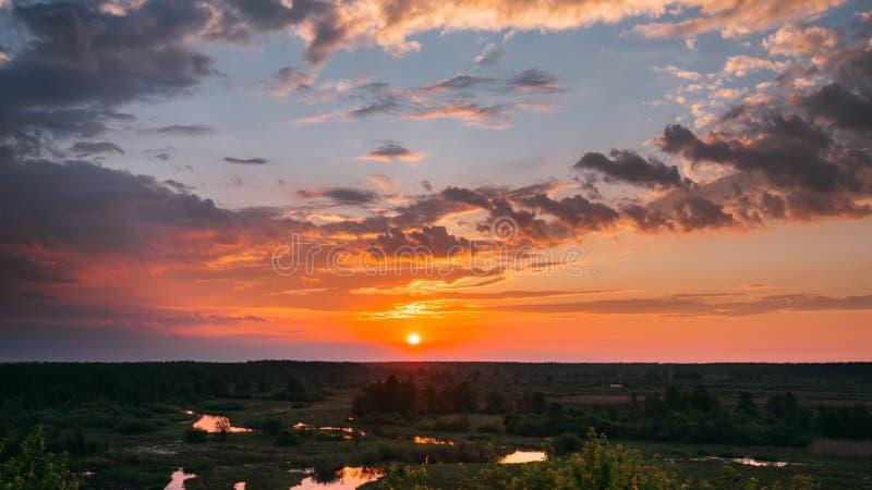 Verbazende zonsopgang boven de zomerbos en rivierlandschap Toneelmening van ochtendhemel met het toenemen zon boven bos Vroeg royalty-vrije stock afbeelding