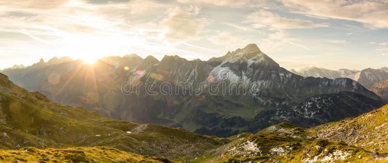 Verbazende zonsopgang in de bergen De lensgloed en zonnestralen van Nice stock fotografie