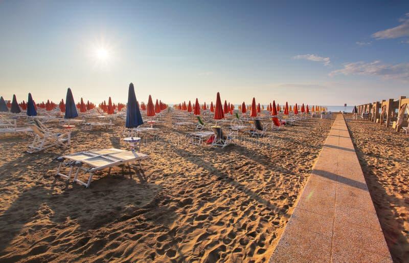 Verbazende zonsopgang op het overzees Adriatische overzees met kust Lignano Sabbiadoro, Itali? stock foto