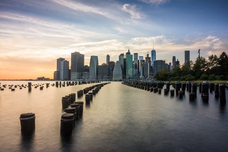 Verbazende zonsopgangmeningen aan lager Manhattan stock fotografie