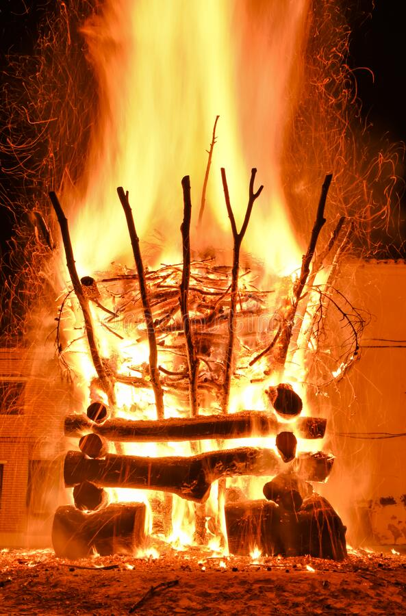verbazingwekkend bluffend effect van een gewelddadige brand in een dorp in de donkere nacht De verbranding leidt tot grote vlamme stock afbeelding