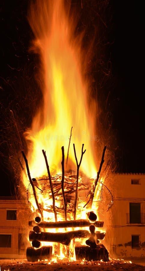 verbazingwekkend bluffend effect van een gewelddadige brand in een dorp in de donkere nacht De verbranding leidt tot grote vlamme stock foto