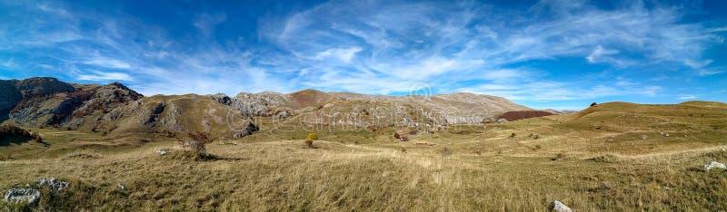 Verbazingwekkend breed horizontaal panorama van het berglandschap tijdens de prachtige blauwe dag van de hemel in de herfst als p stock foto's