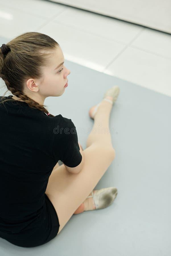 Verbazingwekkend meisje dat de repetitie in de gym bekijkt stock afbeeldingen