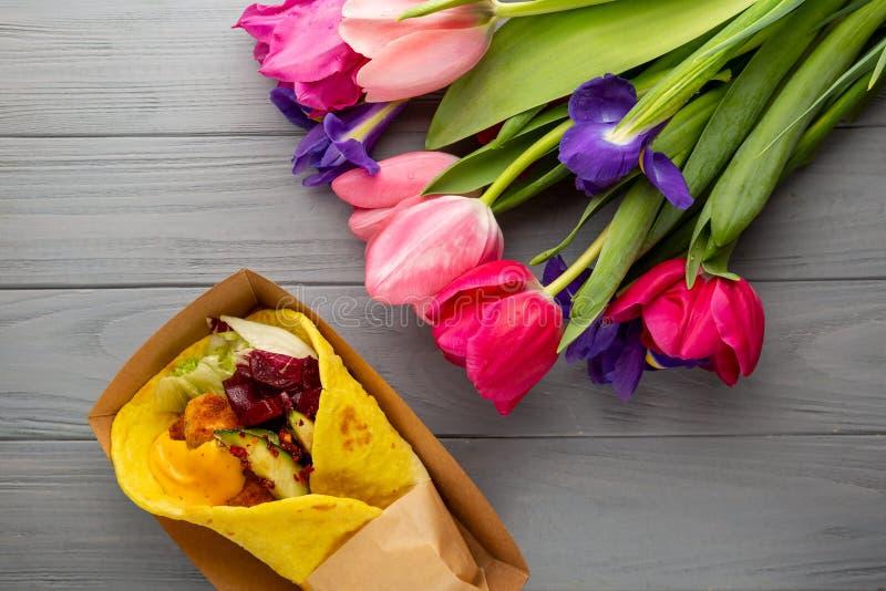 Verbazingwekkend pita en bloemen bovenaanzicht royalty-vrije stock foto's