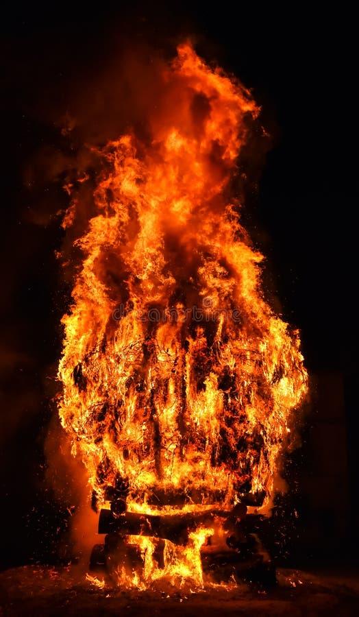 verbazingwekkende brand in een dorp in de donkere nacht De verbranding van brandhout leidt tot grote vlammen, vlammen, rook, gas royalty-vrije stock foto