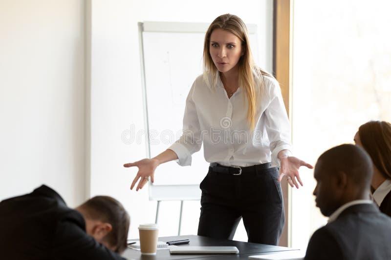 Verbazingwekkende zakenvrouw verward door het feit dat de werknemer tijdens de briefing doof was royalty-vrije stock afbeelding
