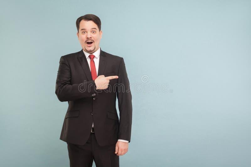 Verbazingzakenman die vinger richten aan exemplaarruimte royalty-vrije stock afbeelding