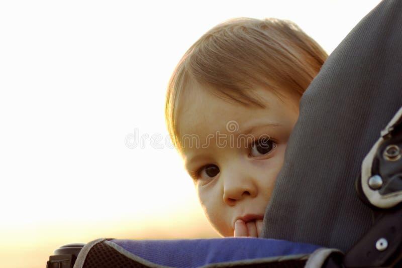 Verbergend schuw babymeisje stock afbeeldingen