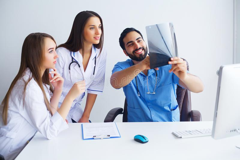 Verbessern der modernen Medizin Nachwuchswissenschaftler, die Experimente w machen stockbilder