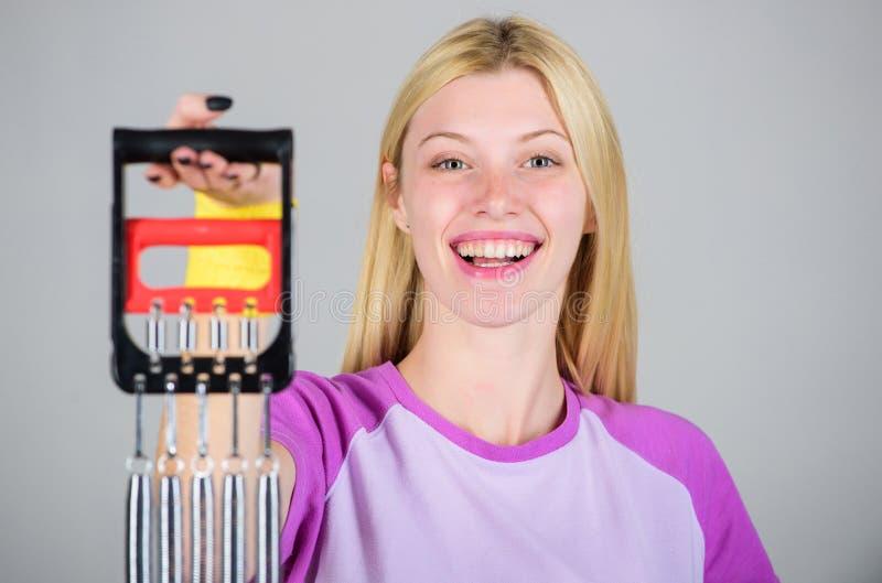 Verbessern Sie Ihren Körper Erzielen Sie große Form Genießen Sie Ergebnis Frauenausdehnungsexpander-Sportausrüstung mit Bemühung  stockbild