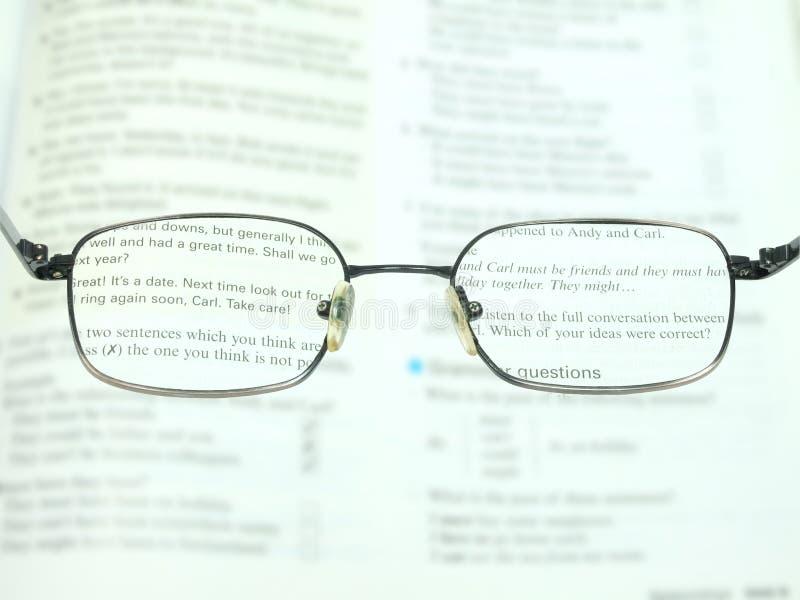 Verbessern Sie, um mit den Gläsern zu lesen lizenzfreie stockbilder