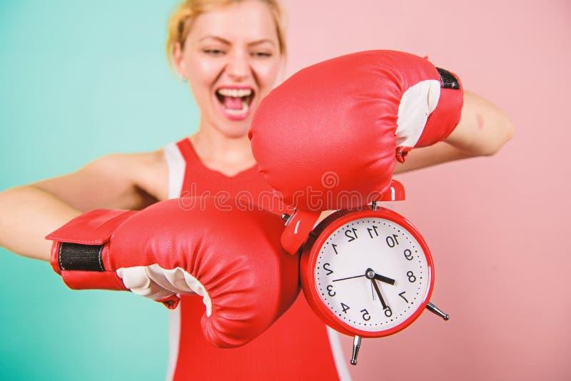 Verbeter me Overwin schadelijke gewoonten Tijd voor opleiding ( De bokshandschoenen van de meisjesatleet stock fotografie