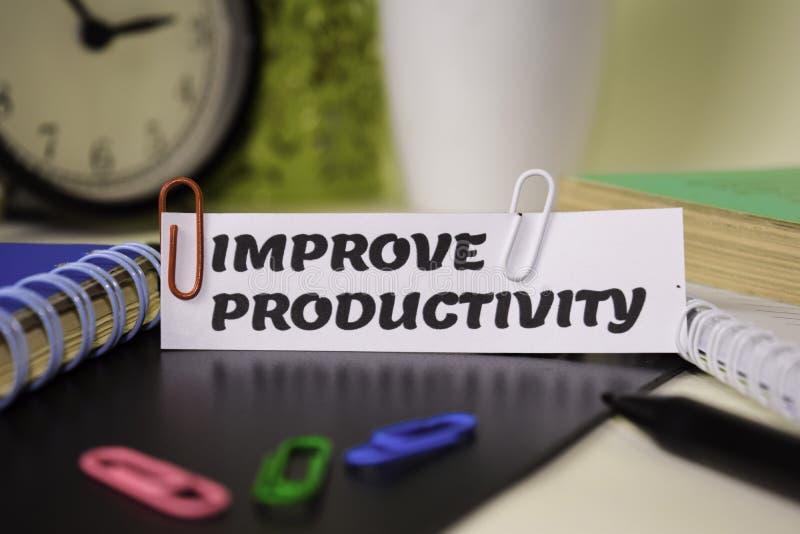 Verbeter Productiviteit op het document op het bureau wordt geïsoleerd dat Bedrijfs en inspiratieconcept royalty-vrije stock fotografie