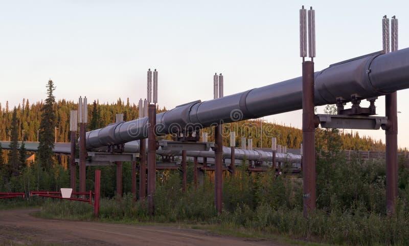 Verbiegen Sie in die alaskische Rohrleitung im Predawn der Sonnenwende lizenzfreie stockfotos