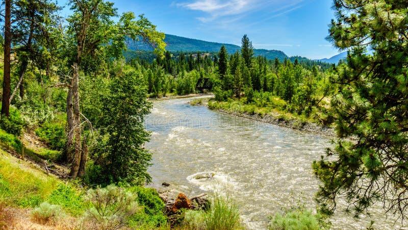 Verbiegen Sie in Nicola River, wie es von der Stadt von Merritt zu Fraser River an der Stadt von Spences-Brücke fließt stockfotos