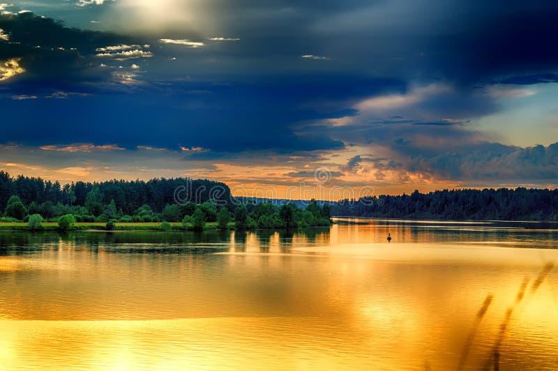 Verbiegen Sie russischen schweren hochroten Abendsonnenuntergang Fluss Volga stockbild