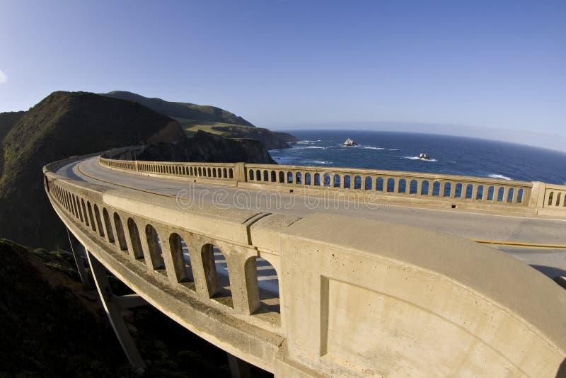 Verbiegende Brücke großes Sur Kalifornien lizenzfreies stockfoto