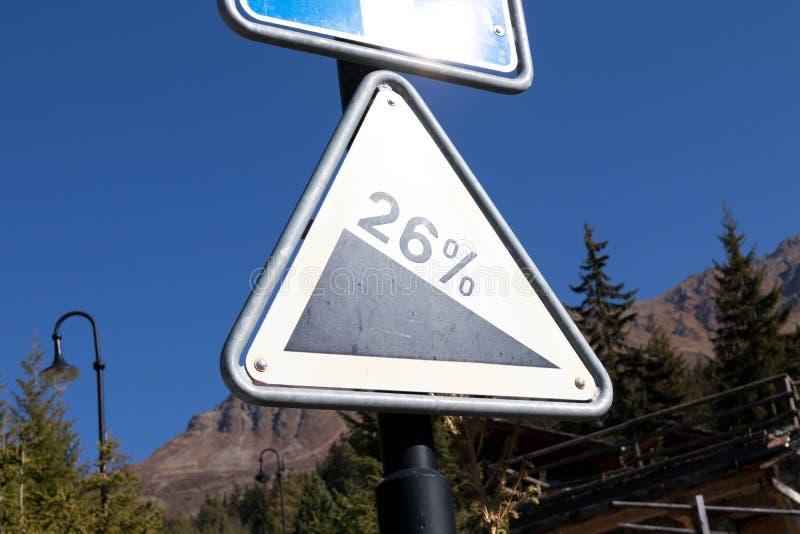 Verbier/Ελβετία: 9 9 18: Επιτροπή προειδοποίησης οδικών κλίσεων πινάκων σημαδιών στοκ εικόνες
