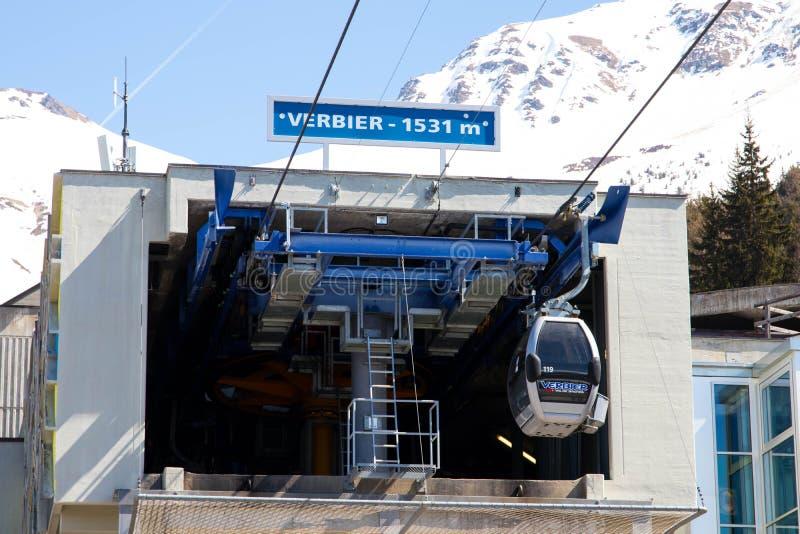 Verbier/Schweiz - mars 14 2018: Gondolelevatorstation i det Verbier Schweiz Valais Médran berget arkivbild