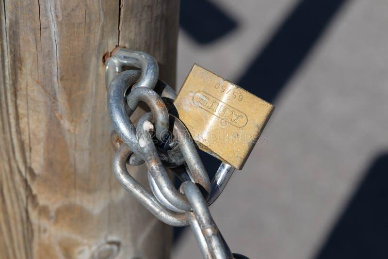 Verbier/Suíça 09 09 18: Fim oxidado chain unido cacifo do cadeado de Abus acima do sol imagem de stock royalty free