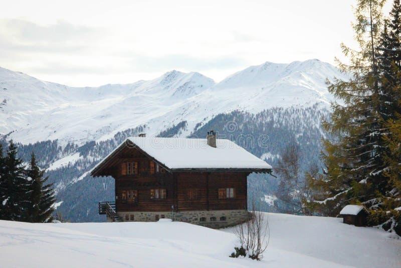 Verbier/Suiza - 3 de marzo de 2018: Chalet aislado en la montaña Verbier Suiza imagen de archivo
