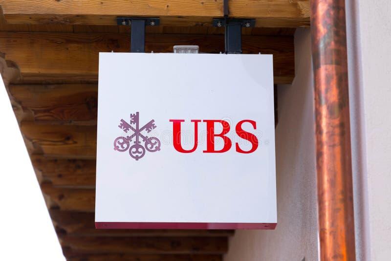 Verbier/Switzerland-10 10 29: UBS pieniądze banka Szwajcarski logo wpisuje signboard czerwień zamkniętą w górę fotografia stock