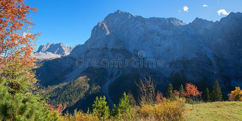 Verbijsterend berglandschap in de herfst, tirol oostenrijk stock foto's