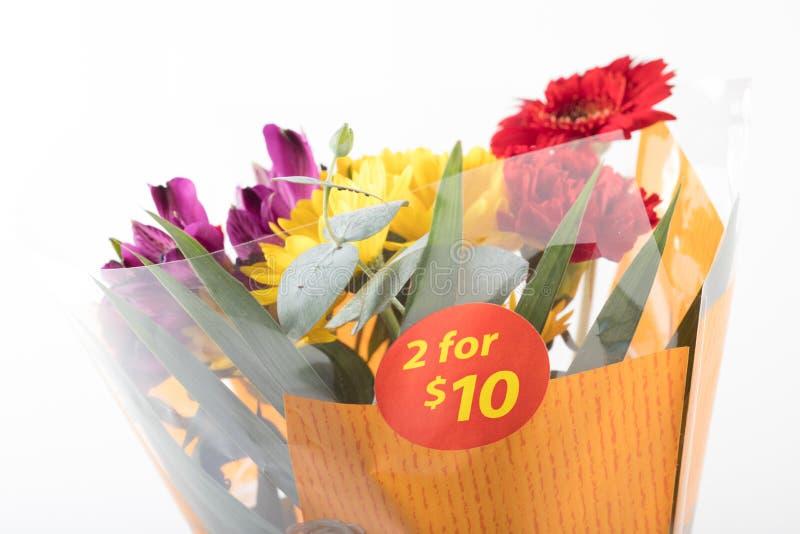 Verbilligter Preisblumenstrauß der Blume gekauft vom Supermarkt lizenzfreie stockfotografie