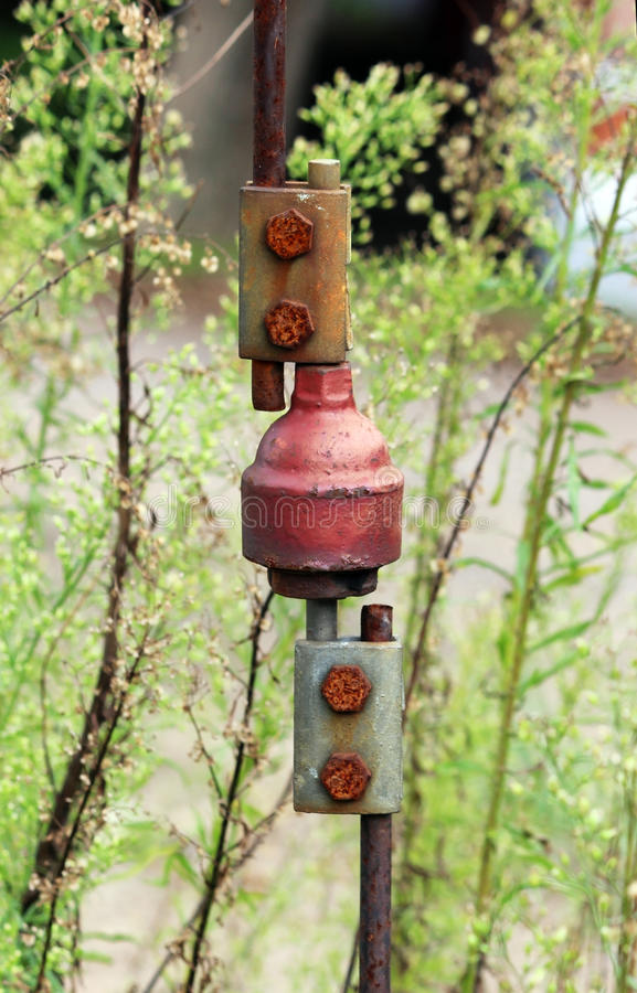 Verbind de twee kabels op de spoorwegpool stock fotografie