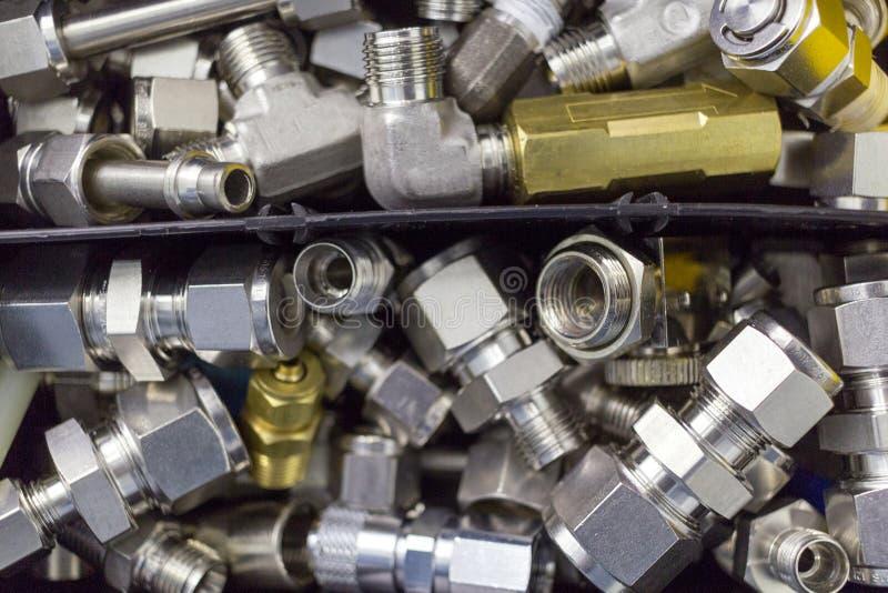 Verbind snel montagekoppeling voor samengeperste lucht, hydraulica, pneumatiek, gassen, liggen de brandstoffen in een chaotische  stock foto's