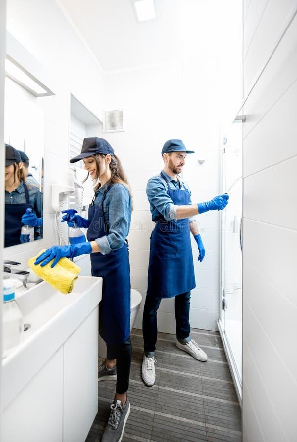 Verbinden Sie als Berufsreiniger im Badezimmer stockbild