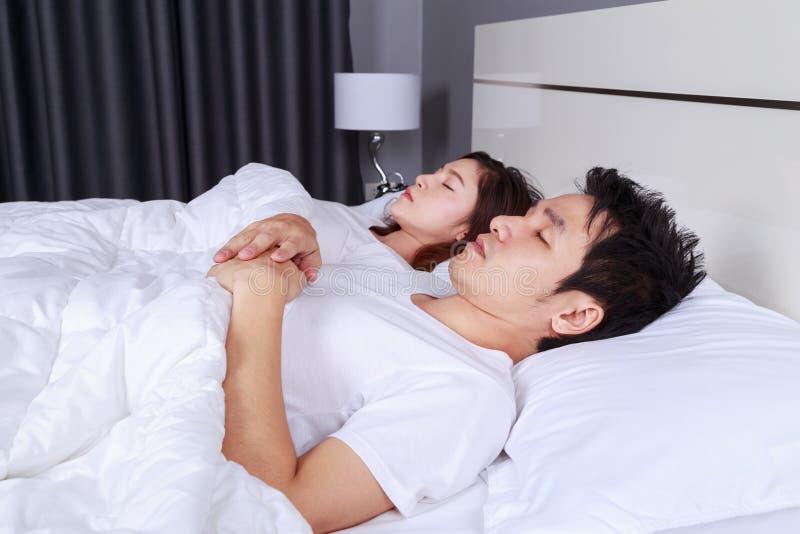 Verbinden Sie auf einem bequemen Bett im Schlafzimmer zu Hause schlafen lizenzfreie stockfotos