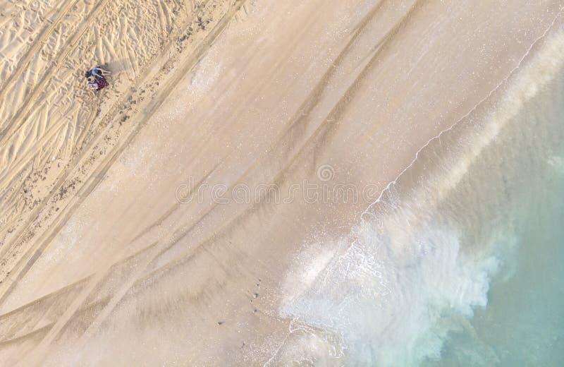 Verbinden Sie auf einem Strand von Autoreifenbahnen voll stillstehen stockbilder