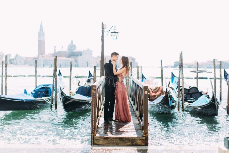 Verbinden Sie auf Flitterwochen in Venedig stockfotos