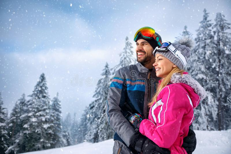 Verbinden Sie auf Winterhügel weg genießen und schauen lizenzfreie stockfotos