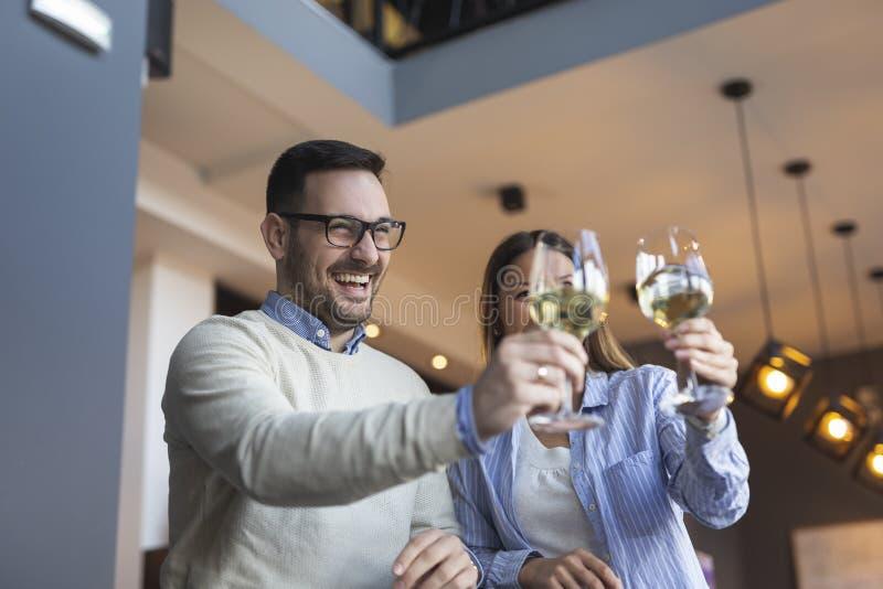 Verbinden Sie das Anheben von Gläsern und die Herstellung eines Toasts lizenzfreie stockfotos