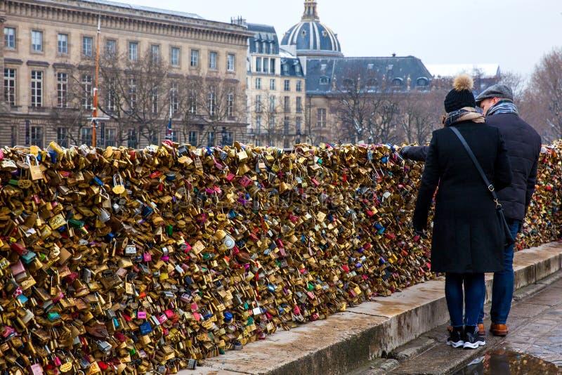 Verbinden Sie das Aufpassen der Liebesverschlüsse bei Pont Neuf in Paris lizenzfreies stockfoto