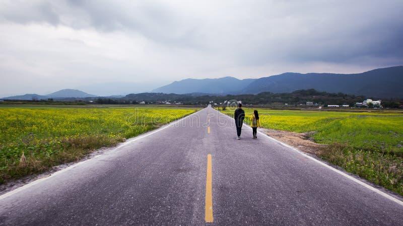Verbinden Sie das Gehen einer geraden Straße, die in den Abstand führt stockbilder