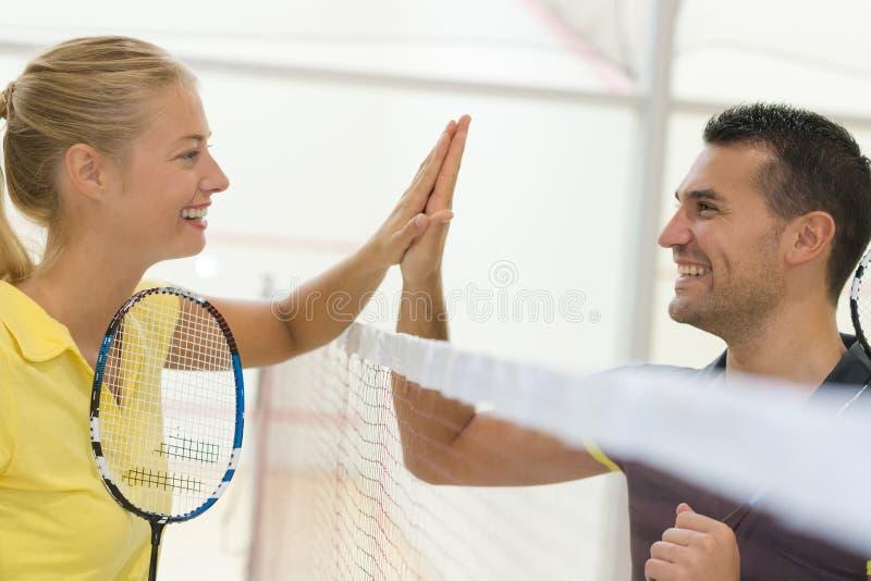 Verbinden Sie das Handeln hoch fünf nach Badmintonmatch lizenzfreie stockbilder
