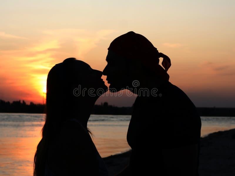 Verbinden Sie das Küssen am Strand stockbilder