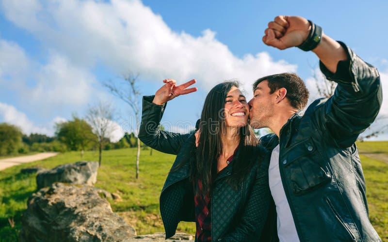 Verbinden Sie das Küssen und das Nehmen eines selfie mit einem smartwatch stockfoto