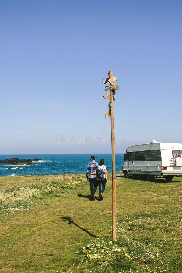 Verbinden Sie das Machen eines Spaziergangs nahe der K?ste mit einem Camper lizenzfreie stockfotos